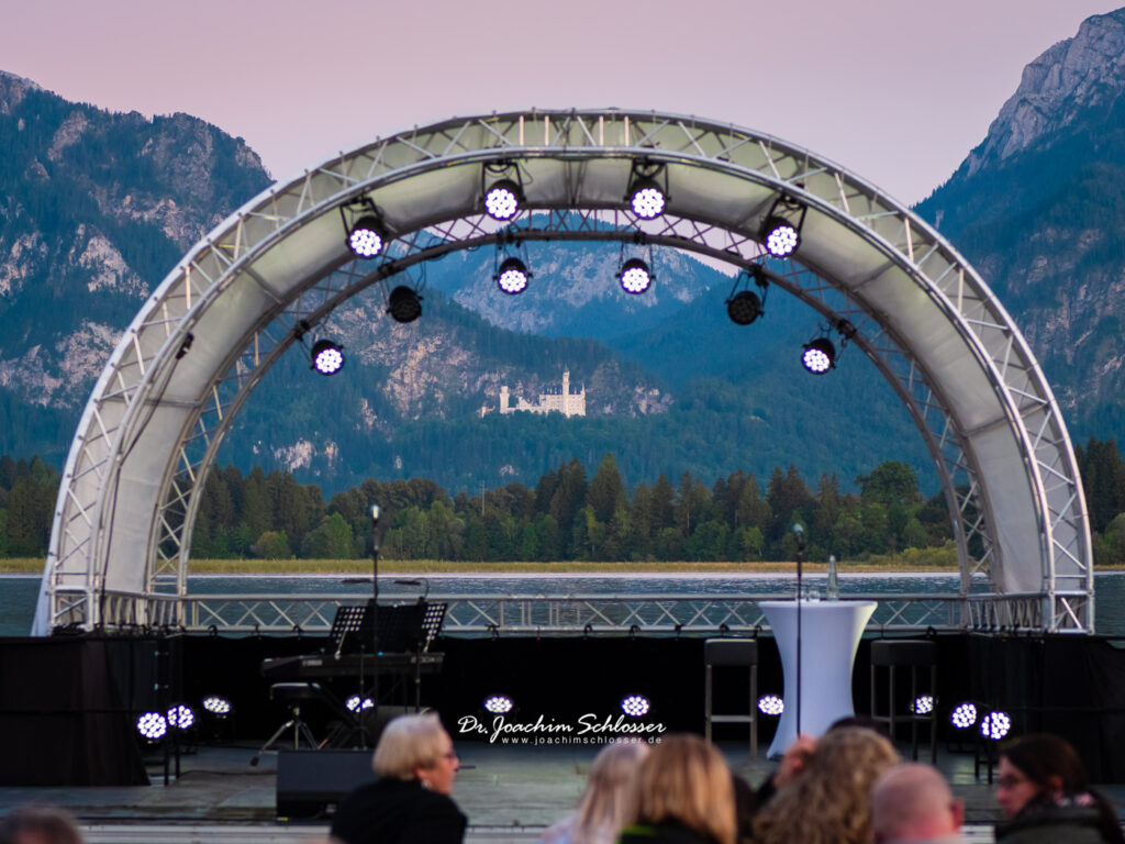 Bühnenüberdachung am Festspielhaus in Füssen mit Blick auf Schloss Neuschwanstein