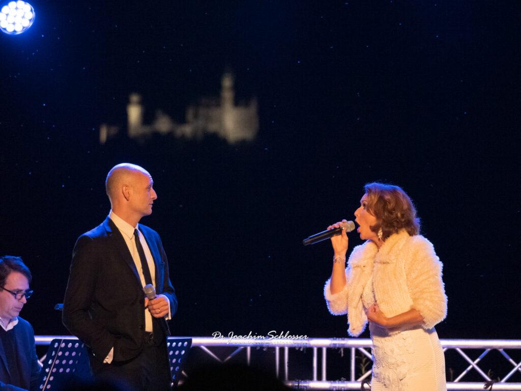 Drew Sarich und Maya Hakvoort im Duett am Festspielhaus Füssen mit Blick auf Schloss Neuschwanstein