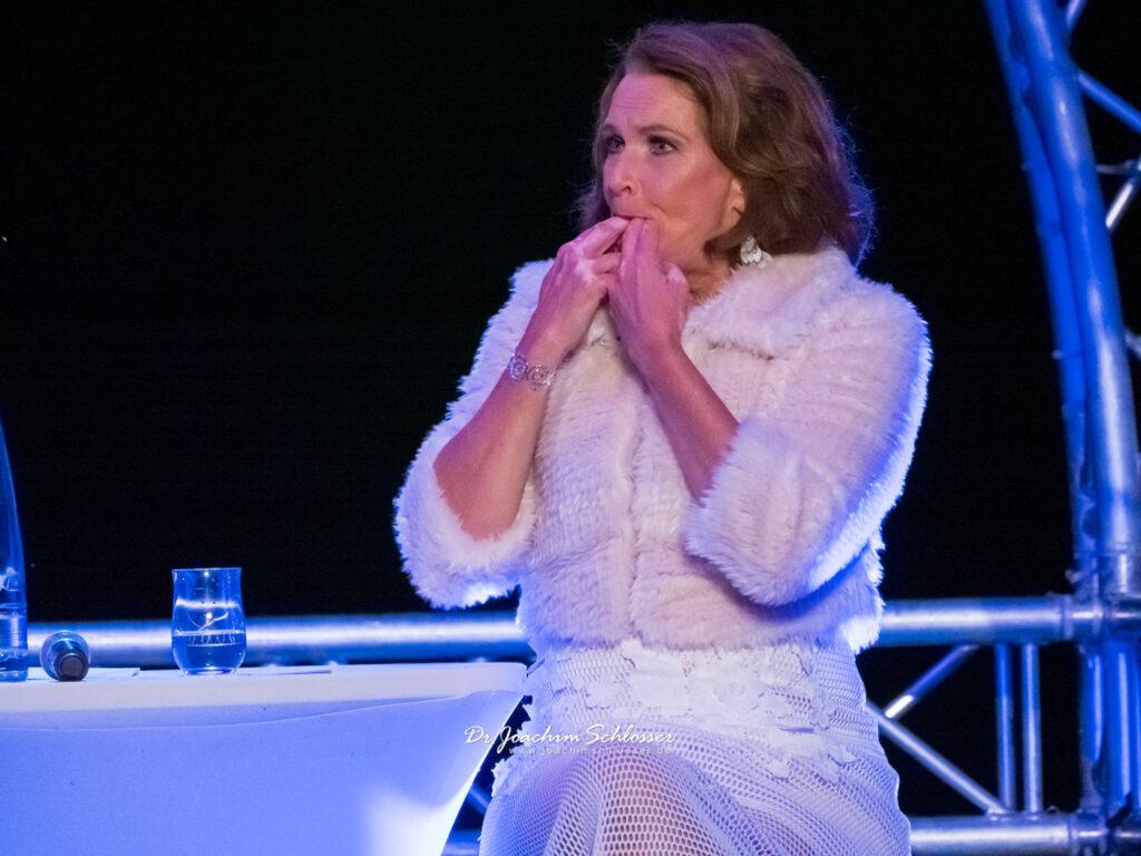 Maya Hakvoort pfeift auf den Fingern