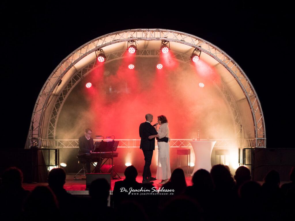 Drew Sarich und Maya Hakvoort auf der Konzertbühne